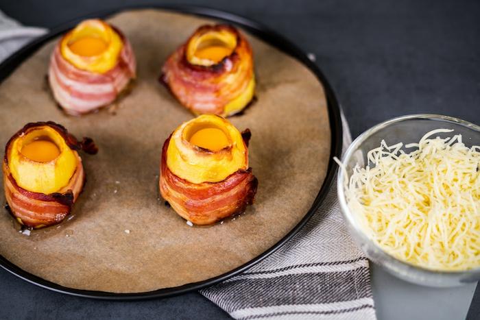 originales ideas de recetas con huevo estrellado y tocino, papas volcano con queso mozzarella rallado, ideas de entrantes