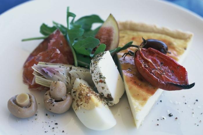 antipasti italiani, queso ricotta cocido al horno con huevos, queso blanco, tomates cocidos al horno, champiñones y rucola