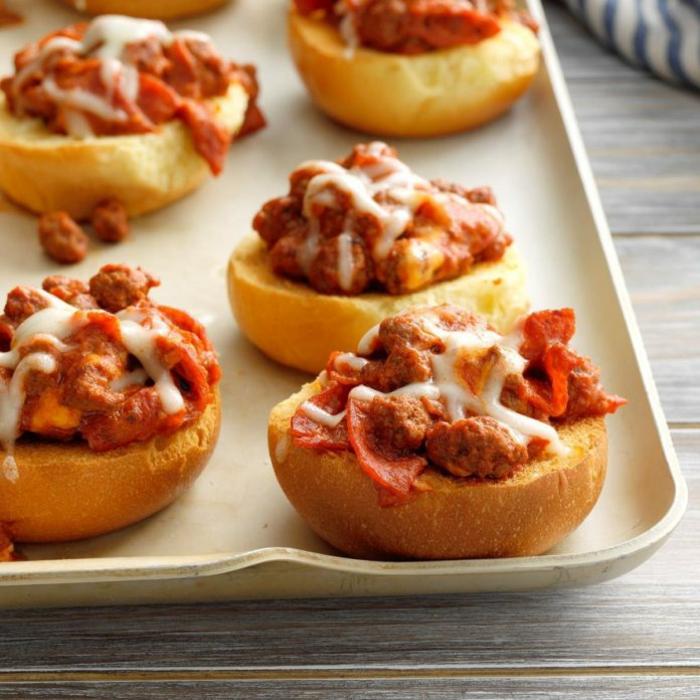 panes con carne picada, chorizos y queso rallado, recetas faciles y rapidas para comer en casa, entrantes ricos y apetitosos