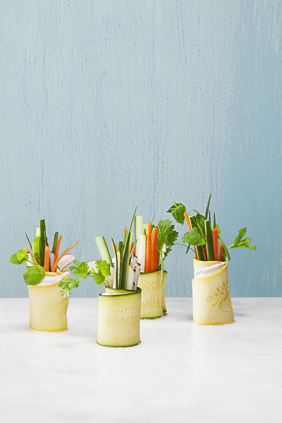 rollos de calabacin con vegetales, ideas de entrantes veganos fáciles y rápidos, rollos frescos y originales para sorprender a tus familiares