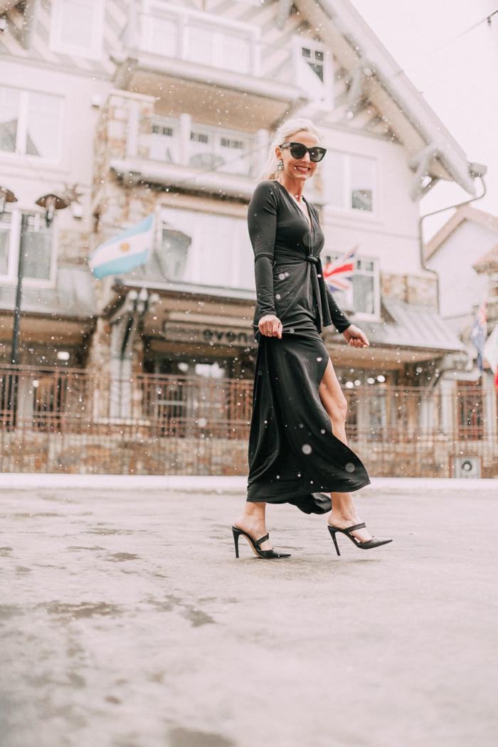 vestido largo color negro con grande hendidura combinado con tacones altos super elegantes, 85 propuestas de vestidos para Nochevieja