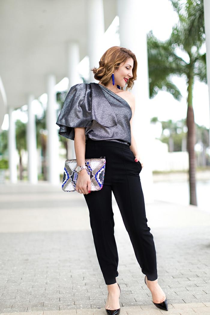 pantalon elegante combinado con una blusa de brocado plato corte asimétrico y un elegante bolso, pendiente largos color azul