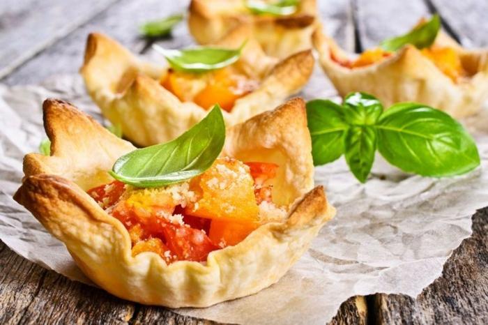 tartaletas de hojaldre con vegetales, queso parmesano y hojas de albahaca verde, ideas de comidas originales y fáciles de preparar