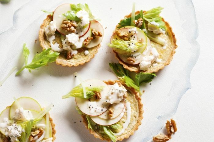 tartaletas vegetarianas con salsa de mayonesa, nueces, rábanos y hojas de perejil, originales ideas de entrantes sencillos