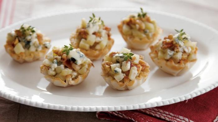 mini copas con vegetales y queso azul, originales ideas de entrantes fáciles y rápidos para hacer en casa, fotos de aperitivos
