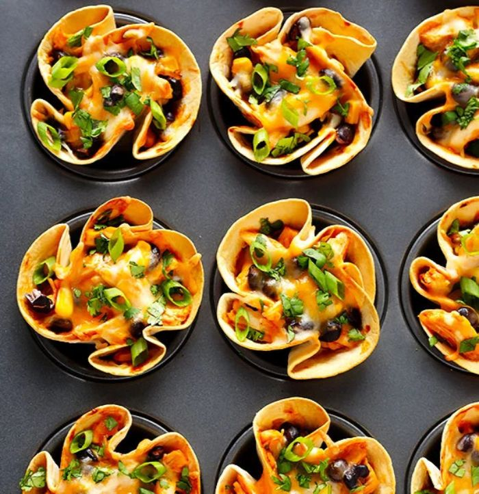 tartaletas con vegetales, aceitunas y queso hundido, nachos con vegetales y quesos, ideas de comidas vegetarianas