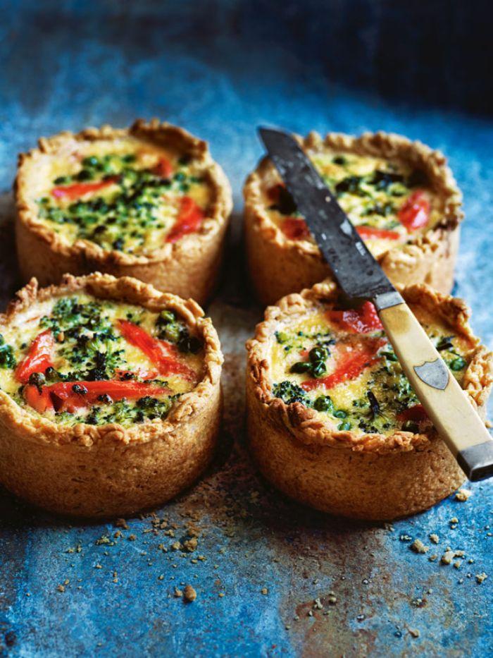 tortitas con tomates, brócoli y huevos, ideas de entrantes para cenas con familia y amigos, originales ideas de recetas de entrantes