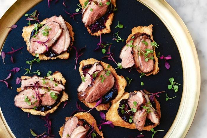 tostadas con carne de ternera y mermelada de frutas, ideas de aperitivos ricos y fáciles de hacer en casa en fotos