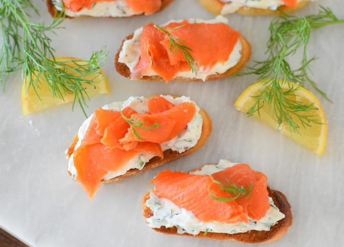 tostadas con crema de queso, pepinos, salmón ahumado, limón y eneldo, las mejores recetas de tostadas para Nochevieja
