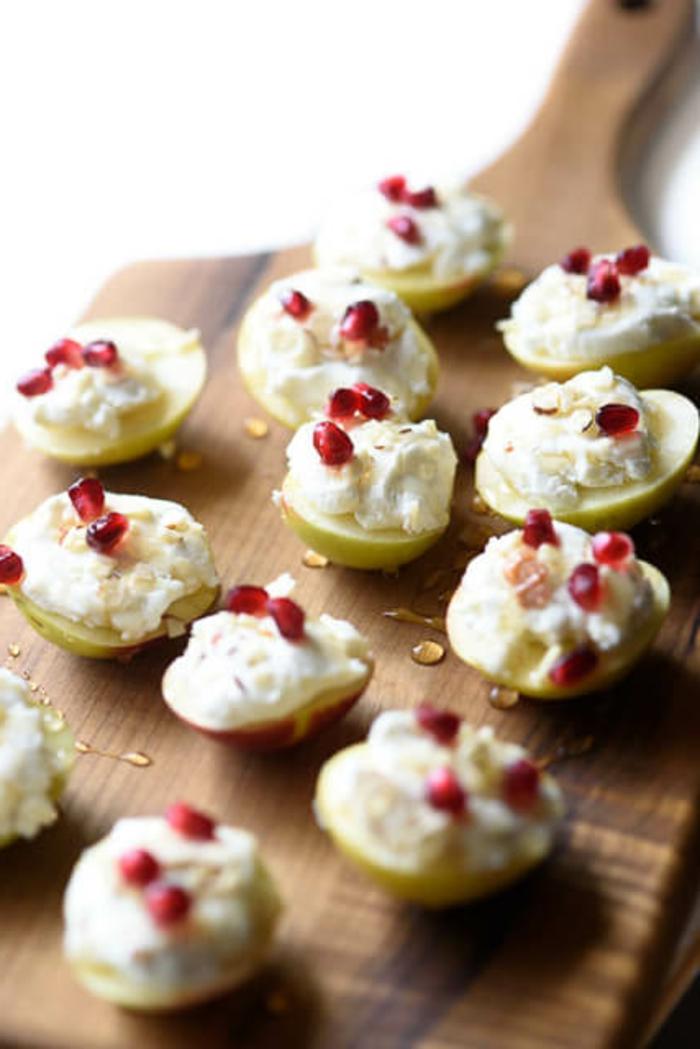 mini bocados con manzana, queso crema y granada, bocados ricos y originales para hacer en casa en Nochevieja