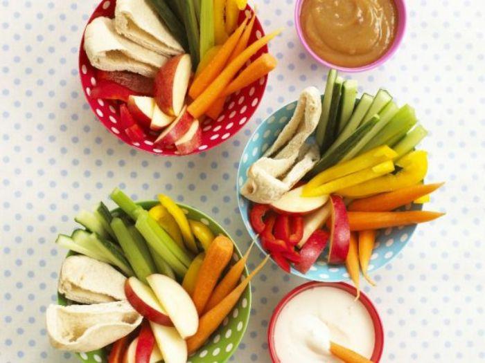 pan árabe, salsas casera y pinchis de vegetales frescos, originales ideas de tapas y picoteo, ideas de comidas saludables