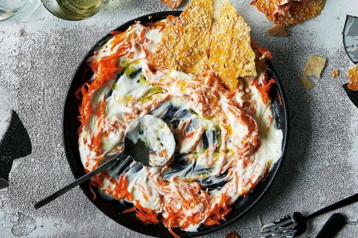 ensalada griega tzatziki con zanahorias ralladas y pan árabe con sesame, fotos de platos preparados para una cena ligera