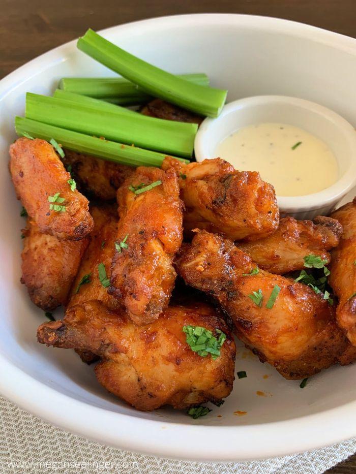 alas de pollo con salsa de yogur y cebolla verde, como preparar comidas fáciles y rápidas para una fiesta con amigos en casa