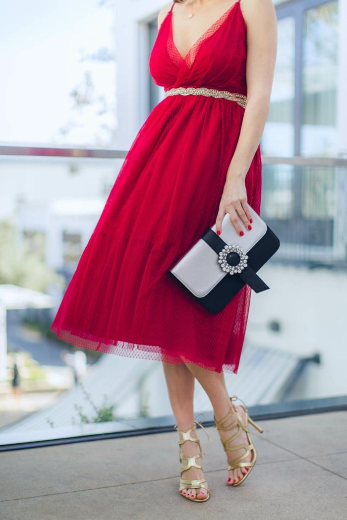 vestidos fin de año elegantes, vestido midi en color rojo de tul combinado con tacones altos en dorado y bolso blanco y negro
