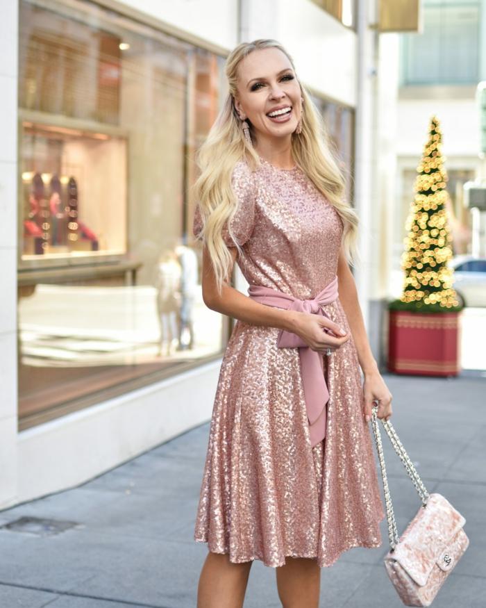 vestido midi color rosado brillante con bonito cinturón en rosado pastel, pequeño bolso elegante en los mismos tonos