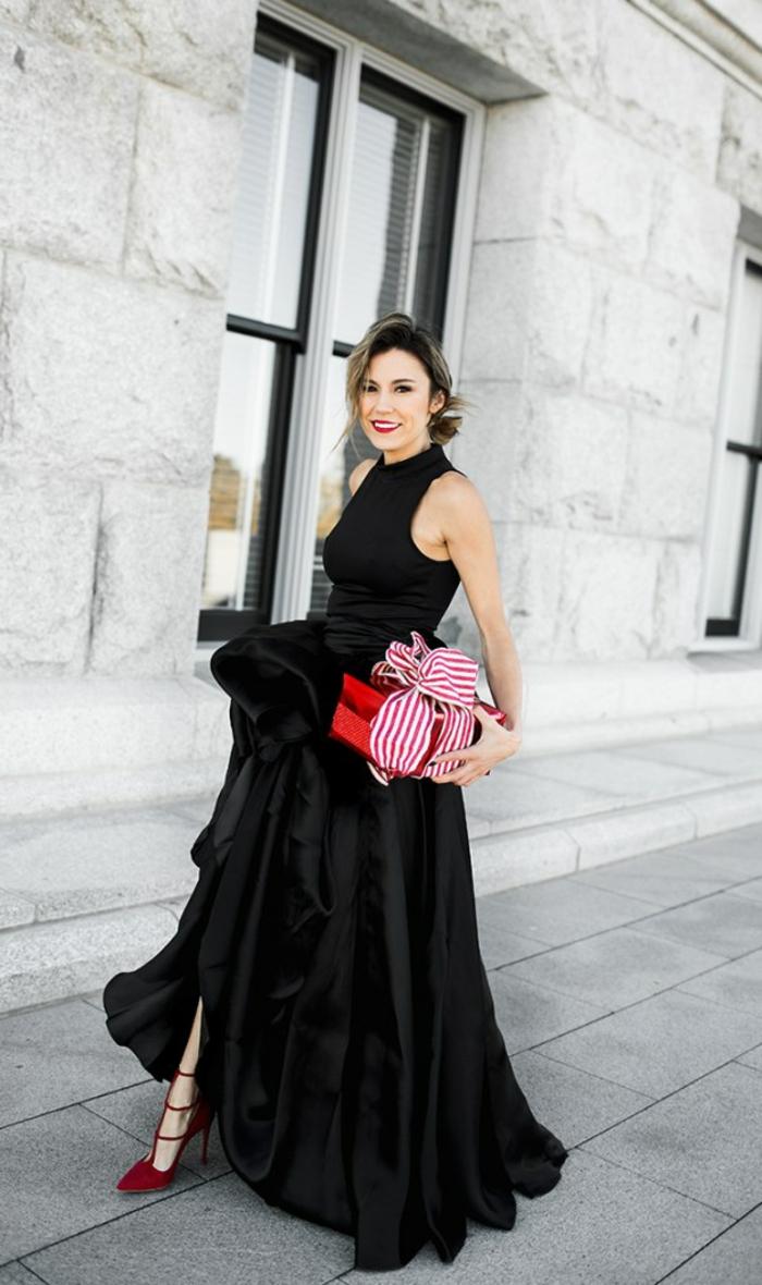 las mejores ideas de vestidos elegantes para ir a un coctel de Nochevieja, falda con mucho volumen, tacones altos rojos