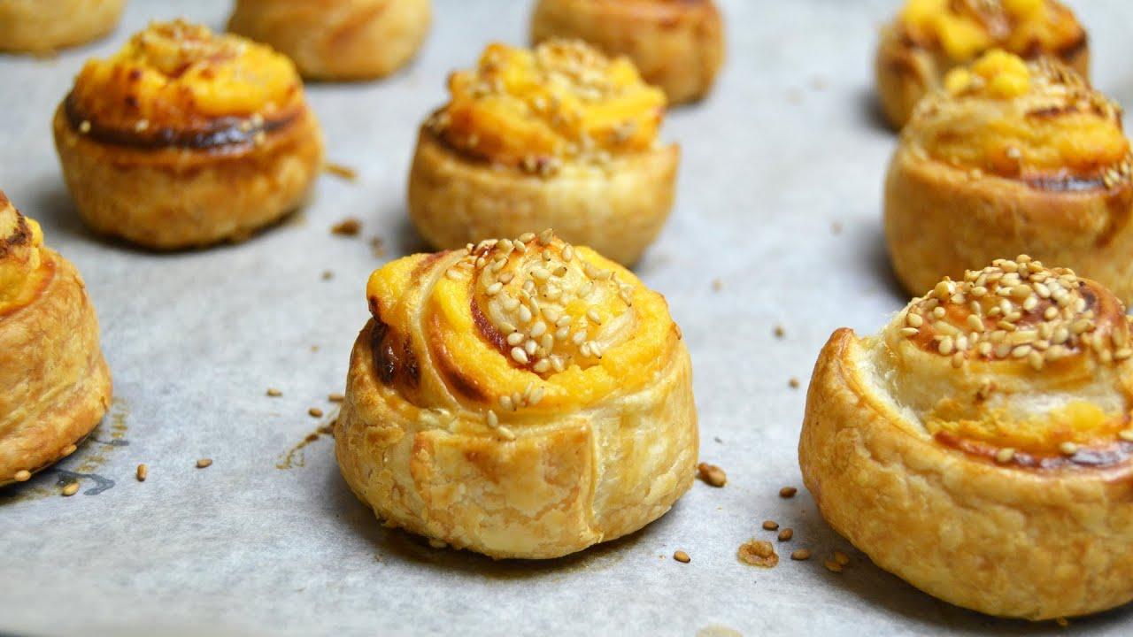 fotos con ideas de aperitivos para cumpleaños, empanadas pequeñas con huevos y semillas de sésamo, ideas para picoteo