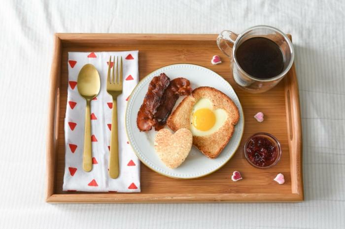 tablero con desayuno ¡, mixto con huevo en forma de corazón, té negro y tocino al sartén, fotos de comidas románticas
