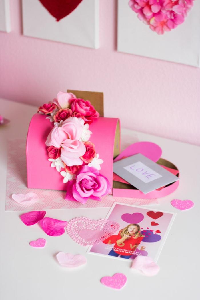 cajas decoradas con flores artificiales, preciosas ideas de decoracion romantica para el dia de los enamorados en fotos