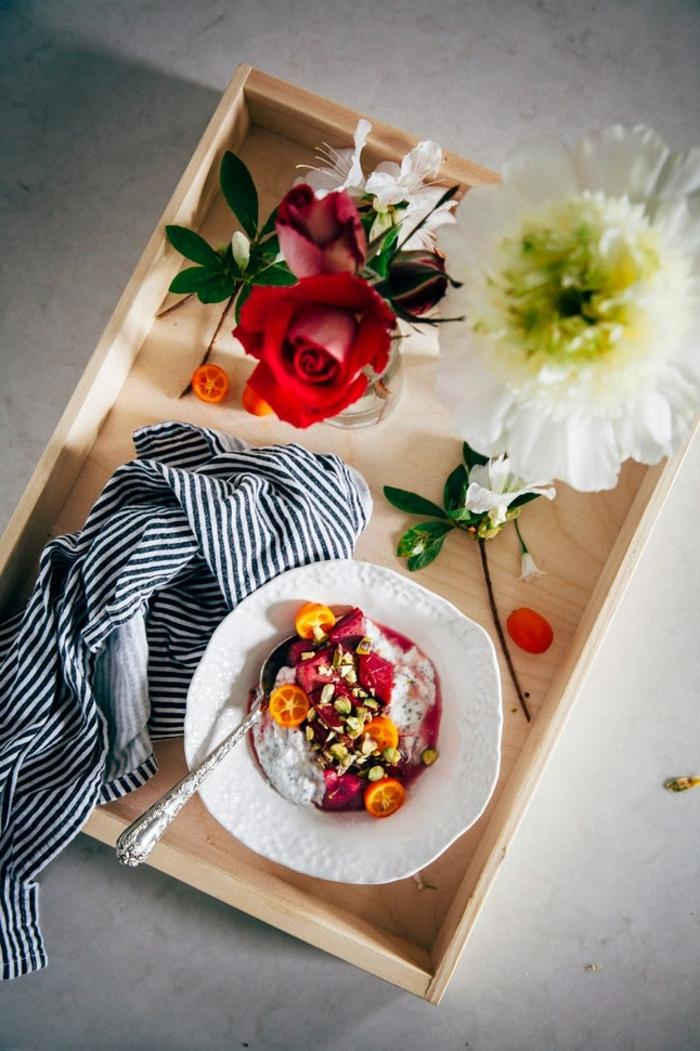 tablero con desayuno romántico con flores, ideas originales para sorprender, desayuno romantico en la cama con flores
