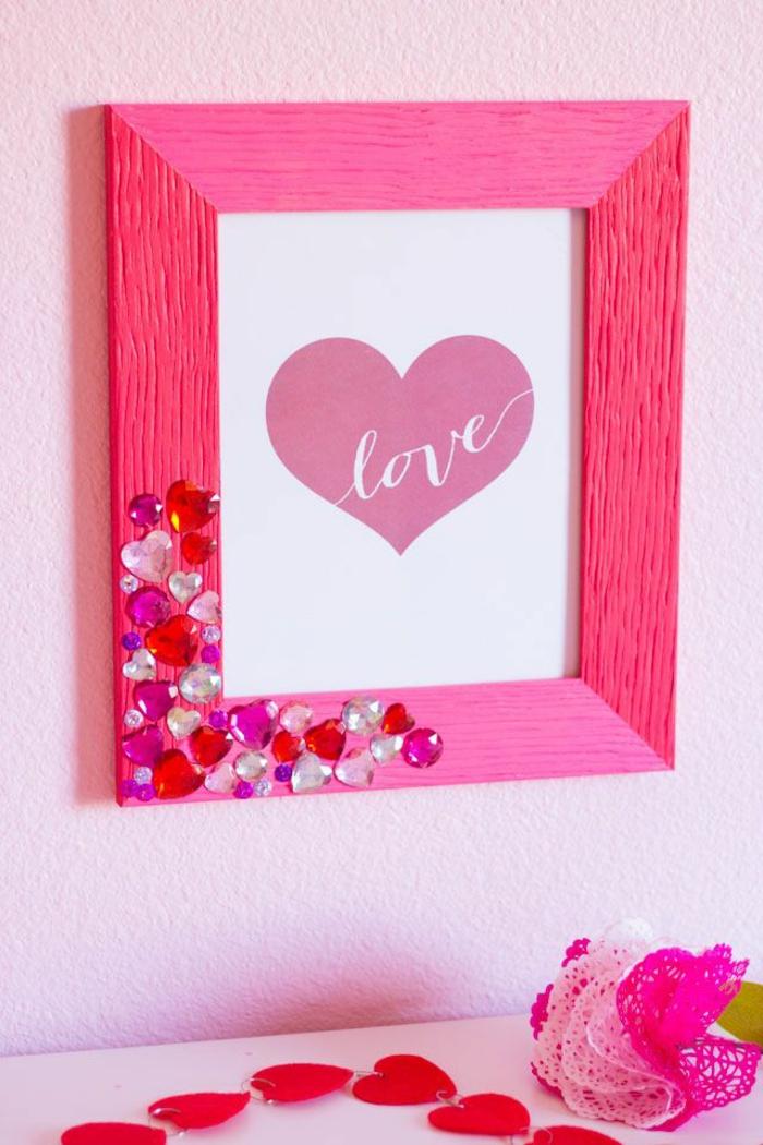 cuadro decorativo super bonito con marco de madera en color rosado brillante y decoración de piedras relucientes