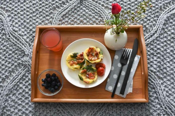 ideas originales de desayuno romantico, pequeños crepes con espinacas, tocino y tomates, jugo fresco y arándanos