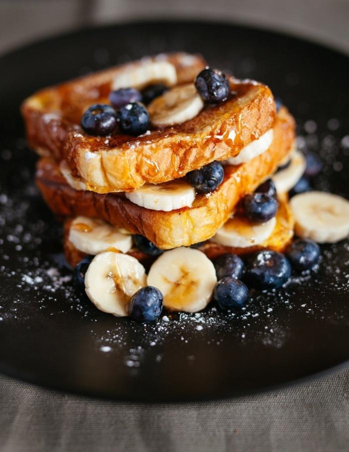 tostadas francesas con jarabe de acre, plátanos y arándanos, desayuno en la cama rico y fácil de preparar, fotos de desayunos