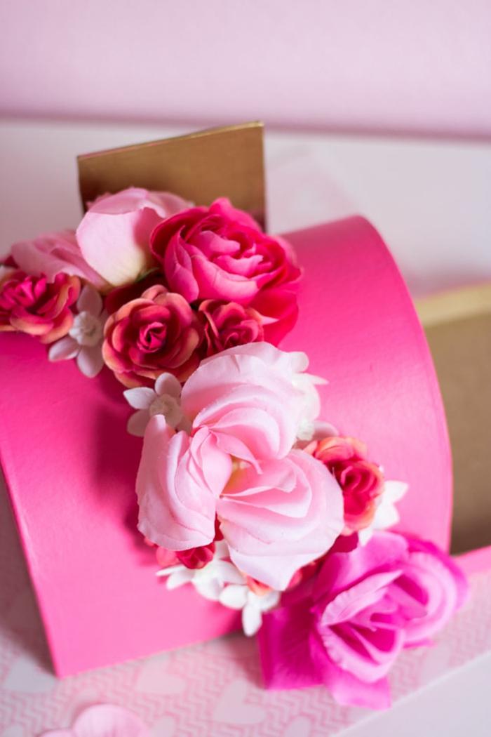 preciosa caja decorada para postales y cartas de amor, caja de cartón decorada con flores artificiales, fotos de manualidades san valentín