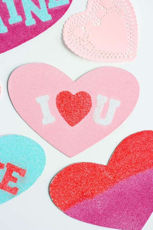 como hacer tarjetas san valentin especiales, ideas de manualidades con arena de colores para artesanías, fotos de tarjetas DIY
