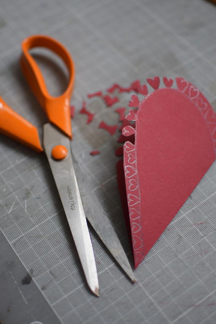 como hacer bonitas tarjetas en forma de corazón, manualidades de cartulina fáciles y rápidas, postales de amor originales
