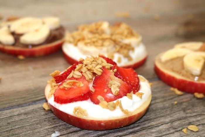las mejores ideas para meriendas saludables y faciles de hacer, canapé de manzanas con yogur griego, fresas y copos de avena