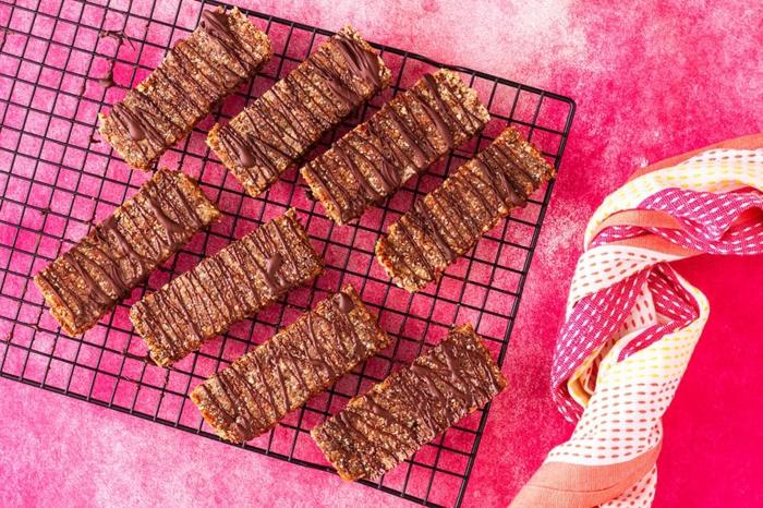 bloques de cereales saludables con chocolate, las mejores ideas de meriendas fáciles para pequeños y adultos en fotos