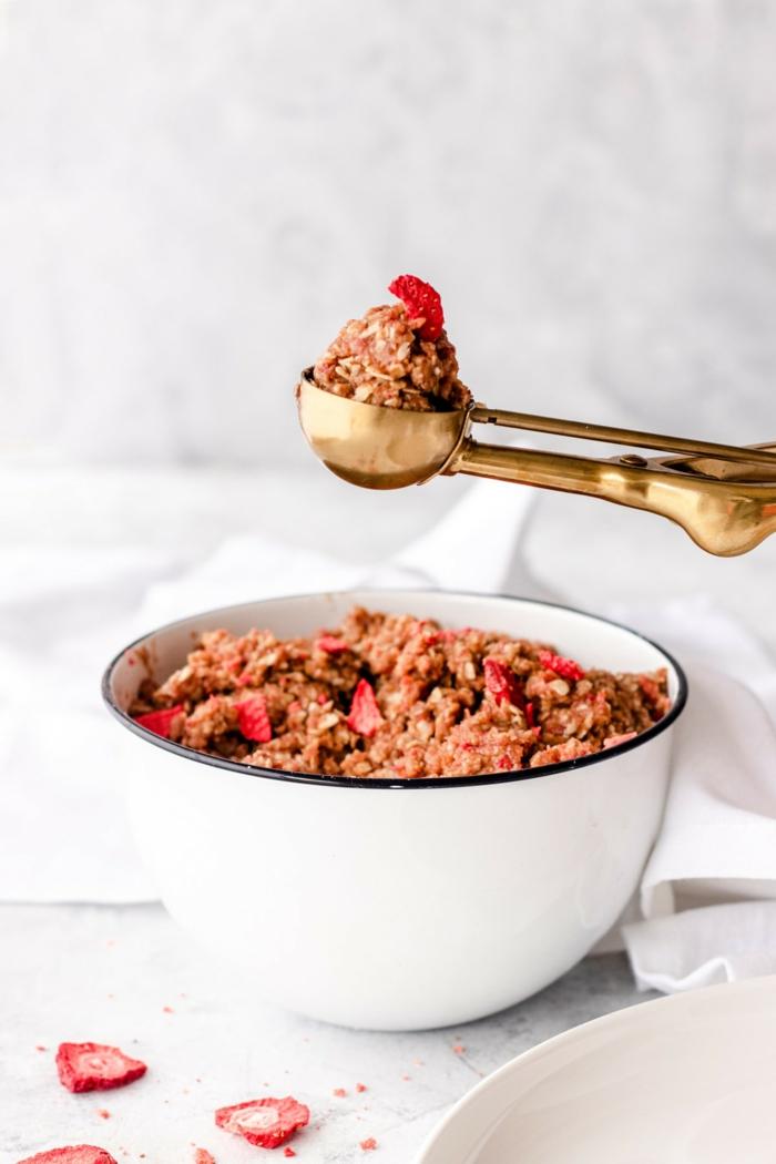 cereales con fresas preparadas para desayunar, ideas para merendar, meriendas fáciles y rápidas para adelgazar