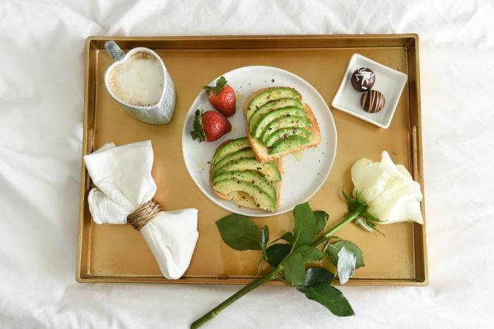 recetas de comidas para una sorpresa en san valentino, desayuno san valentin romantico, rebanadas de pan tostadas con trozos de aguacate y pimienta roja