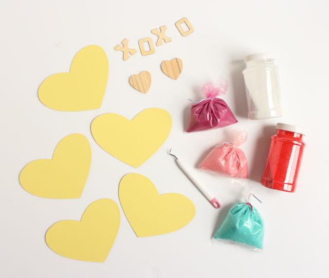corazones de papel pegable y arena en colores diferentes, detalles de madera, fantásticas ideas de postales san valentin