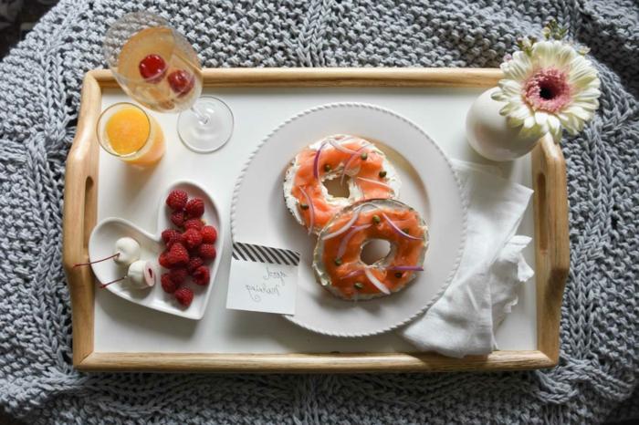 las mejores ideas de desayuno romantico para san valentin para ti y tu pareja, rosquillas saladas con salmon y ceboola roja