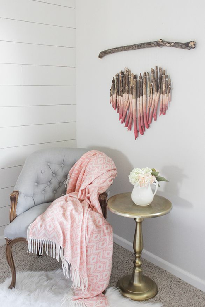 detalles de madera en forma de corazón para decorar la pared, salón decorado en estilo vintage con bonita decoración