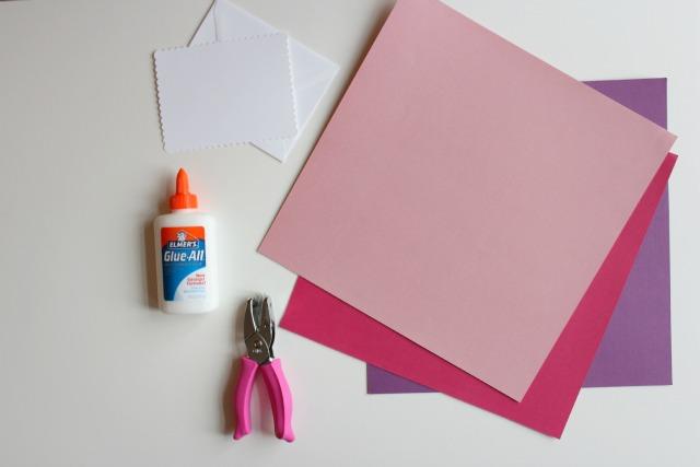 que es lo que necesitas para hacer unas bonitas tarjetas de confetti, ideas de manualidades para el dia de san valentin