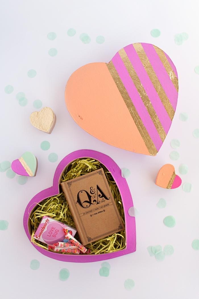 caja decorada llena con detalles para san valentin, caja en forma de corazón ideas de regalos para el dia de san valentin