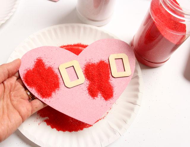 como hacer postales san valentin paso a paso, tarjeta decorada con arena artesanal color rojo, fotos de tarjetas DIY