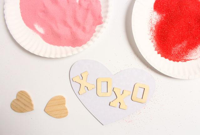 como hacer tarjetas super bonitas decoradas con arena de diferentes colores, postales san valentin DIY paso a paso