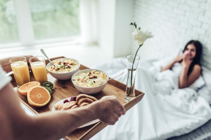 diferentes ideas sobre como preparar un desayuno romantico, ideas de desayunos sorpresa en la cama en bonitas fotos