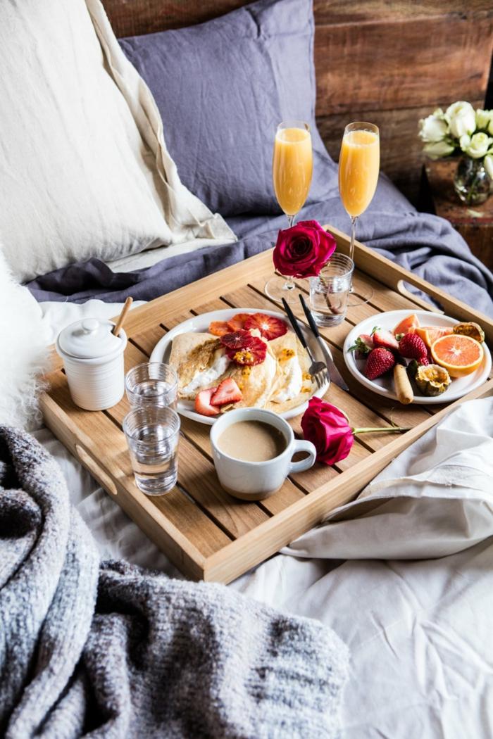 ideas fáciles y románticas para un desayuno romántico en la cama, las mejores ideas de desayunos san valentin en imagenes