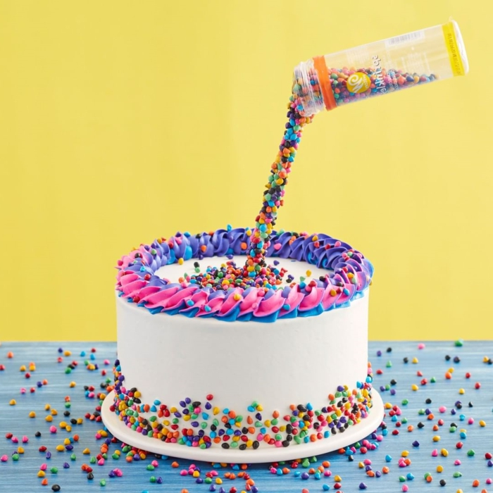 cake with white icing and colorful sprinkles, the best homemade and original birthday cake ideas in photos