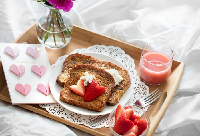 tostadas francesas con frutas, ideas de desayunos rápidos, fáciles y originales para el dia de los enamorados en imagenes