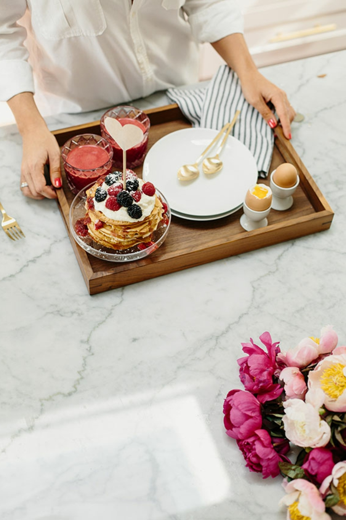 tarta de crepes con crema y moras, desayuno en la cama original y super rico, fotos de desayunos sencillos y sabrosos