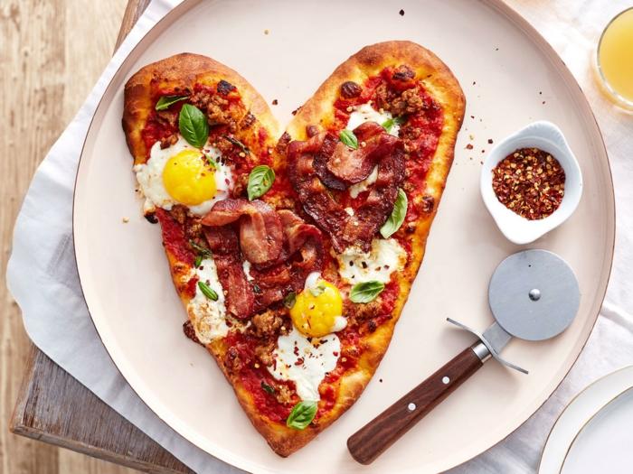 pizza rica con huevos y tocino en forma de corazon, alucinantes ideas de desayuno en la cama para el dia de san valentin