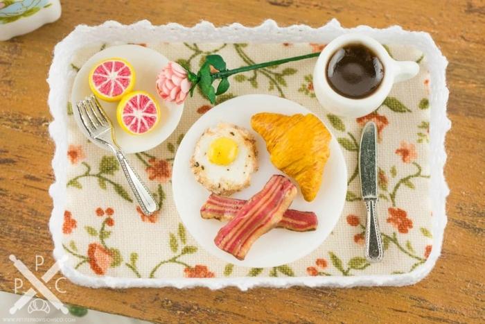 tablero con desayuno romántico, ideas de desayunos en la cama, detalles y sorpresas para san valentin en fotos