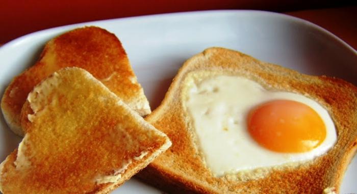tostadas mixto de huevo con detalle en forma de corazon, fotos de desayunos románticos, ideas de desayuno en la cama