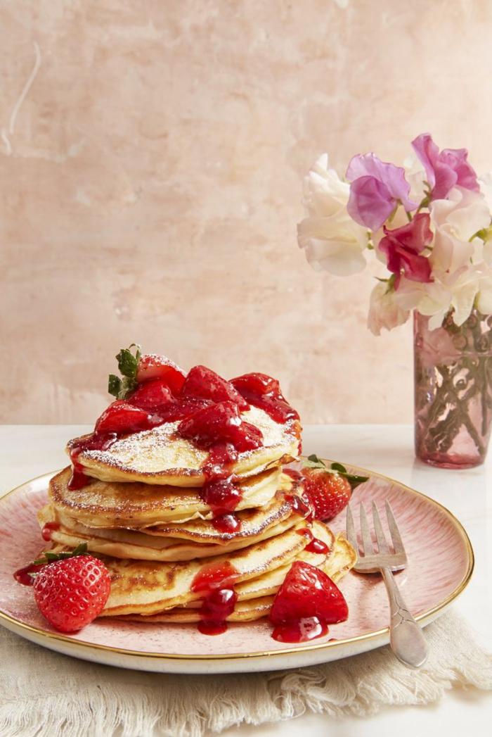 crepes con azúcar en polvo, mermelada de frutas y fresas frescas, desayuno en la cama ideas originales y románticas